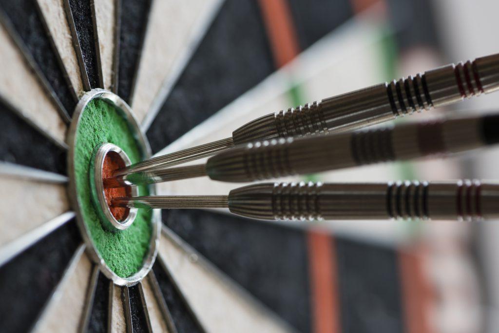 Dar en el blancomeans to throw a bullseye in Spanish idioms