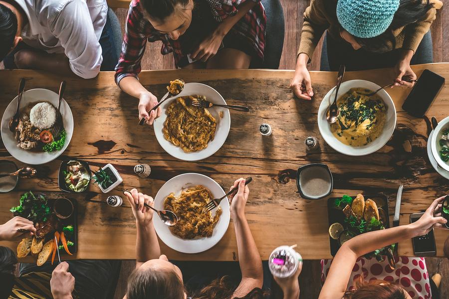 friends-having-dinner-spain