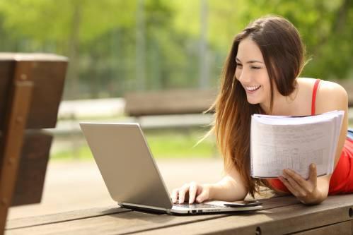 Молодая женщина учится