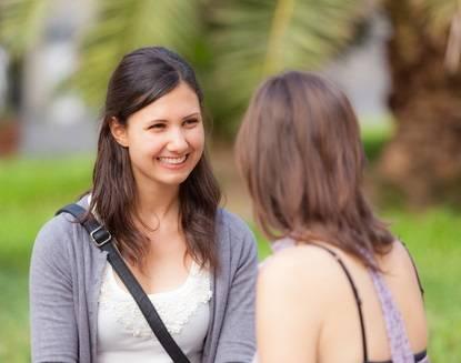 Zwei Frauen sprechen Deutsch